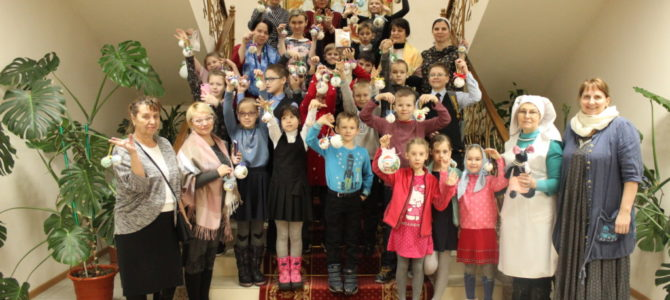 Учащиеся воскресной школы украсили Рождественские ёлки