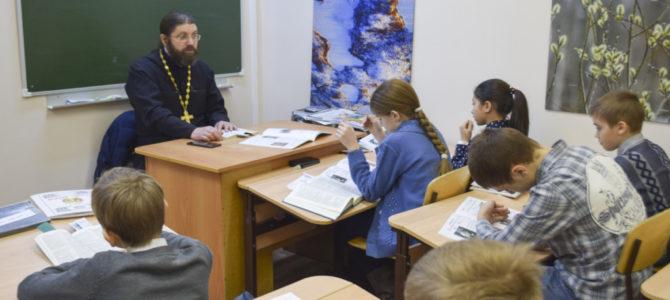 Занятия в воскресной школе с участием священнослужителей кафедрального собора